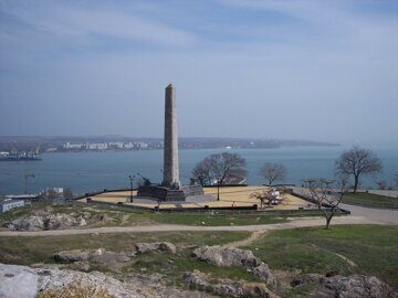 Obelisk_of_Glory_(view_from_the_mountain_peak),_Kerch,_Crimea,_Ukraine